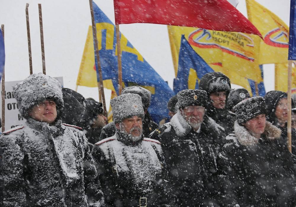 На площади им. В.И. Ленина в Петропавловске-Камчатском, несмотря на сильный снегопад и ветер, собрались около пяти тысяч человек