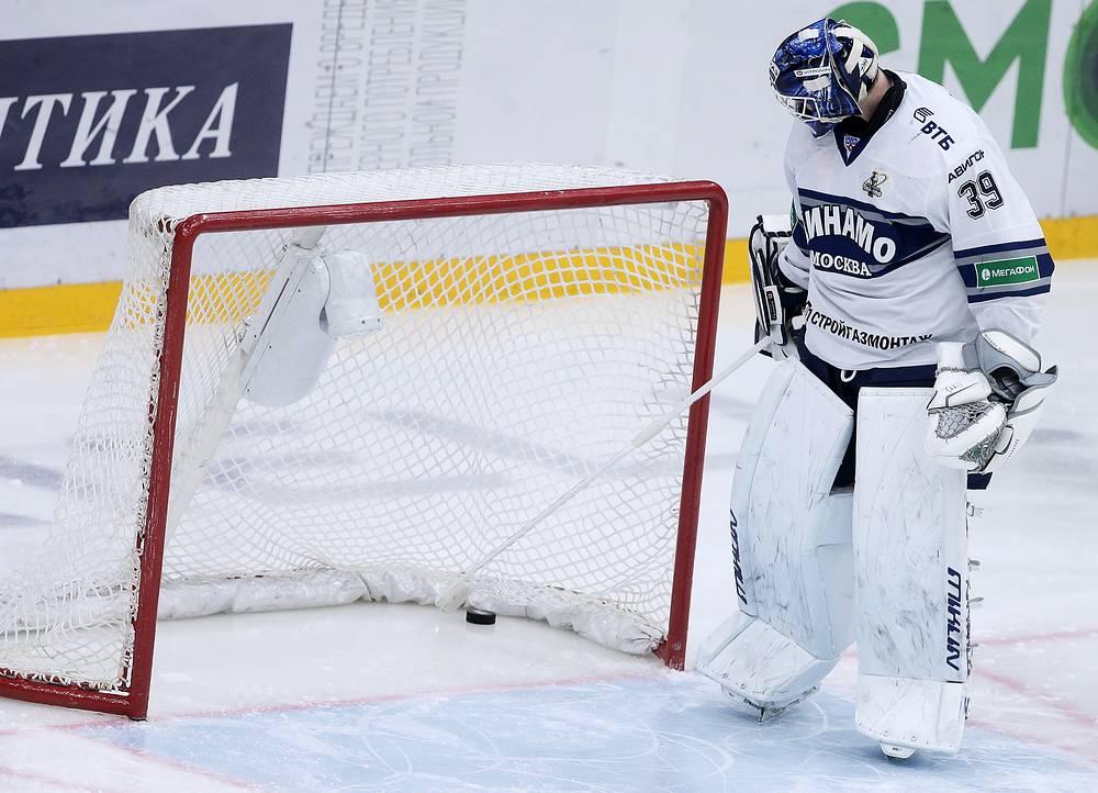 Шайба в воротах голкипера бело-голубых Александра Шарыченкова