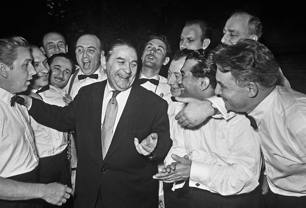 Народный артист СССР Леонид Утесов с музыкантами, 1958 год
