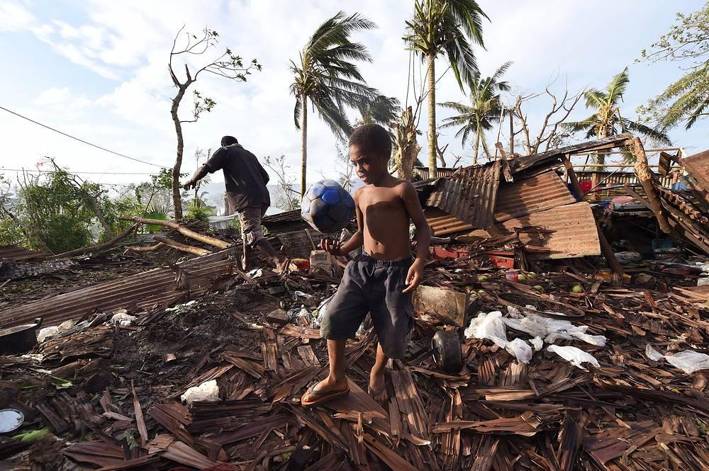 """Циклон """"Пэм"""", обрушившийся на Вануату, разрушил около 90% домов. По словам метеорологов, он стал одной из крупнейших природных катастроф в истории Океании"""