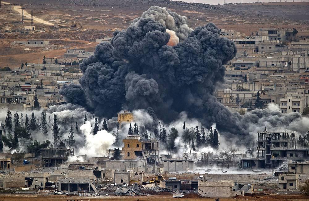 Одни из самых ожесточенных боев с ИГ шли в Сирии за город Кобани, в ходе них погибли и были ранены свыше трех тысяч человек, в основном террористы. Кобани был освобожден курдскими формированиями в январе 2015 г. На фото: бои за Кобани, ноябрь 2014 г.