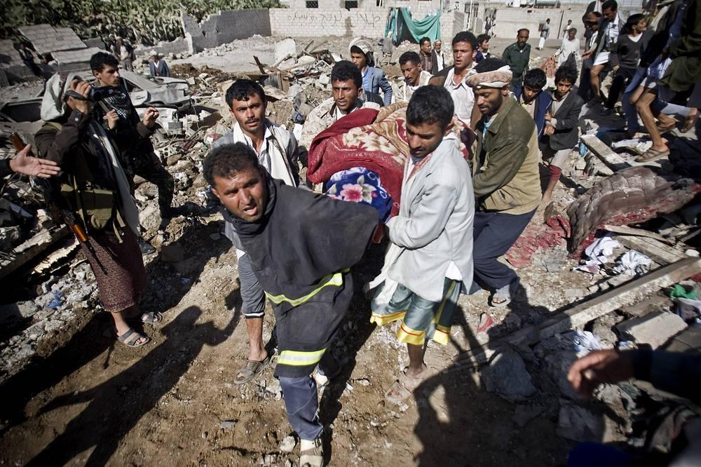 """В ночь на 26 марта ВВС Саудовской Аравии при поддержке авиации стран Персидского залива подвергли бомбардировке позиции шиитских мятежников (хоуситов, сторонников движения """"Ансар Аллах"""") по всей территории Йемена. Была уничтожена большая часть средств ПВО, принадлежавших повстанцам и перешедшим на их сторону частям йеменской армии. Операция получила название """"Буря решимости"""""""