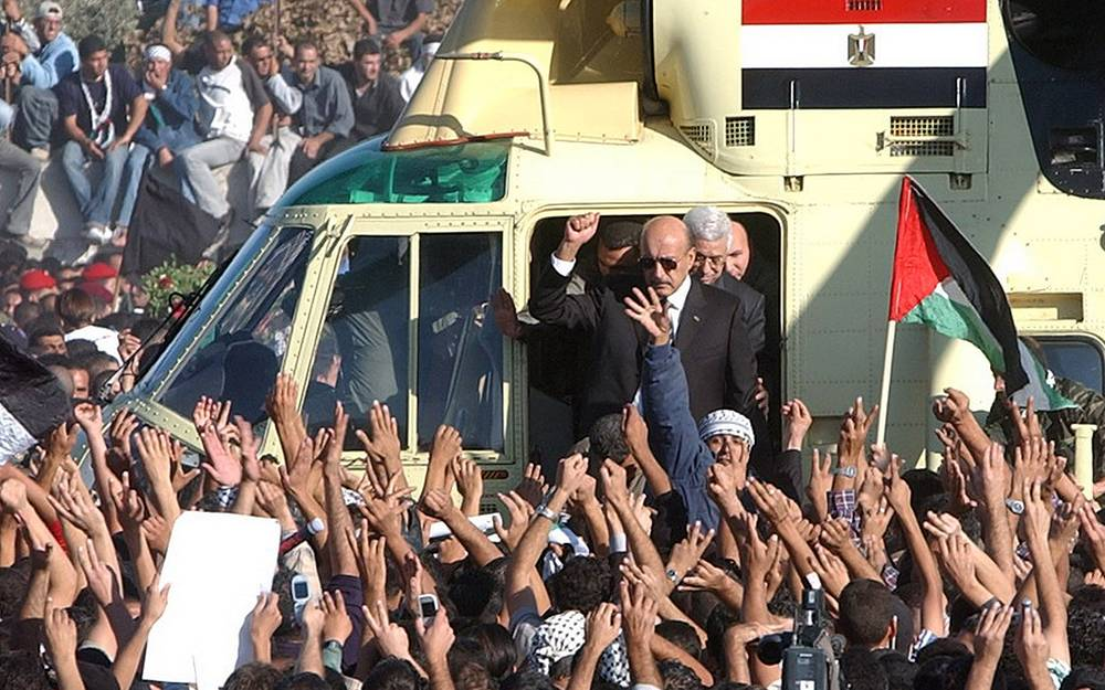 Несмотря на разногласия, именно Аббас стал преемником Арафата после смерти последнего. На фото: глава египетской разведки Омар Сулейман и Махмуд Аббас выходят из вертолета, на котором останки Арафата были доставлены в Рамаллу для похорон, ноябрь 2004 года