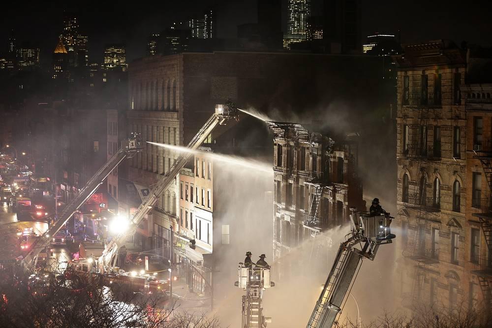 В Нью-Йорке в результате взрыва газа обрушились три дома, четыре здания повреждены огнем. Пострадали 19 человек
