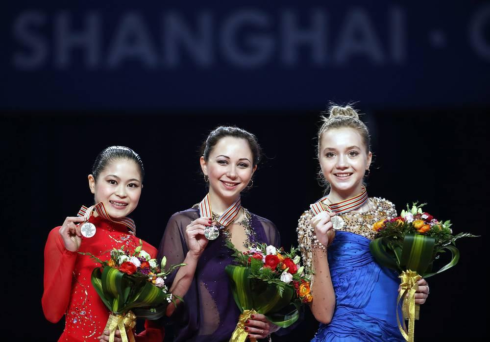 Японская спортсменка Сатоко Мияхара (серебро), российские спортсменки Елизавета Туктамышева (золото) и Елена Радионова (бронза)