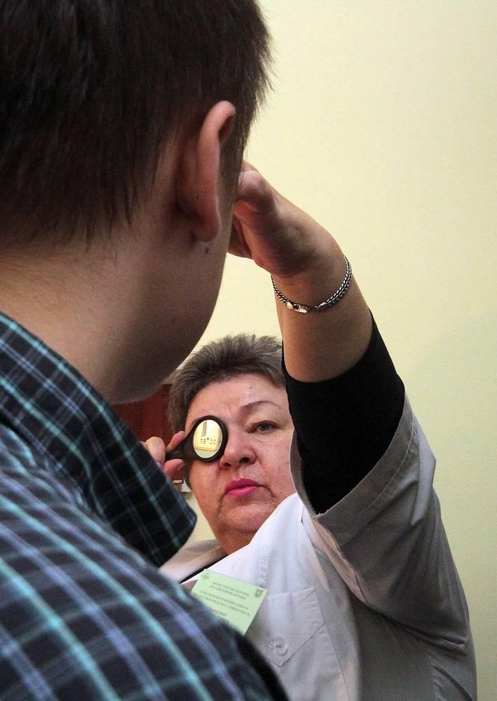 Призывник во время прохождения медицинского осмотра в военкомате в Симферополе