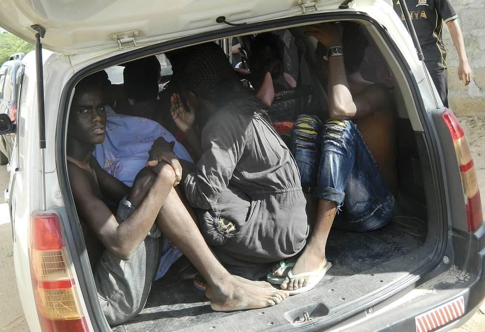 Кенийской полиции удалось задержать одного из участников нападения. На фото: студенты, освобожденные в результате спецоперации кенийских военнослужащих