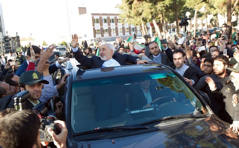 В Тегеране вернувшуюся из Швейцарии делегацию во главе с Джавадом Зарифом встречала толпа иранцев, поздравляющая дипломатов с успехом на переговорах