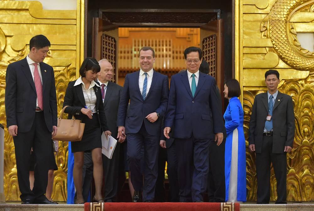 Дмитрий Медведев и Нгуен Тан Зунг (в центре слева направо) во время церемонии официальной встречи