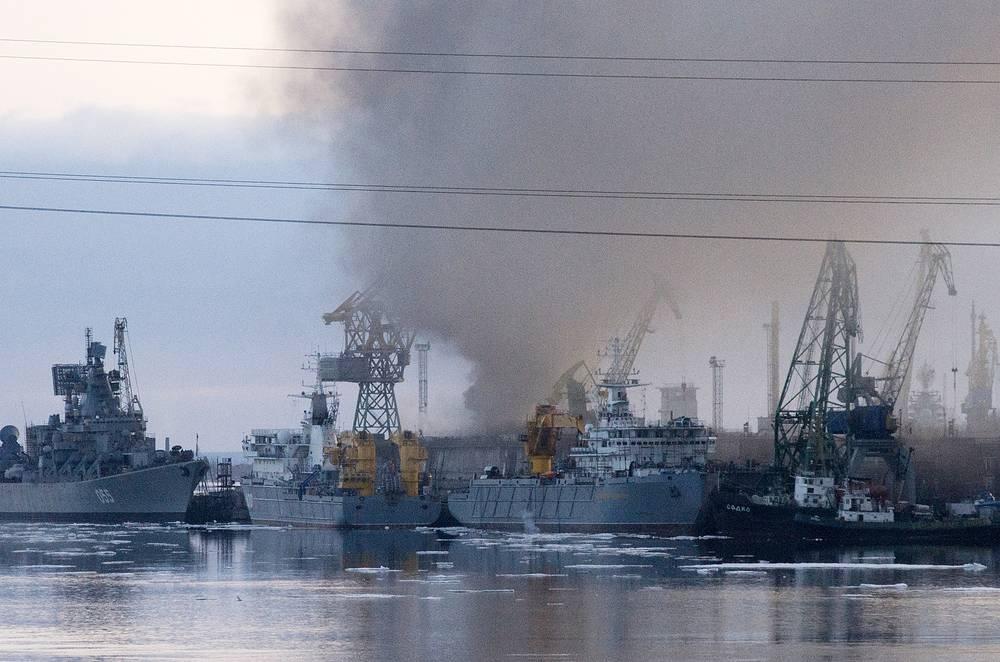Чтобы ликвидировать пожар на АПЛ, было решено затопить док, в котором находилась лодка. Возгорание удалось локализовать