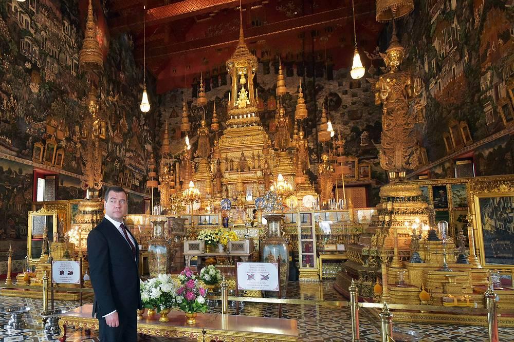 Дмитрий Медведев в храме изумрудного Будды во время посещения Большого Королевского дворца в Бангкоке, 8 апреля