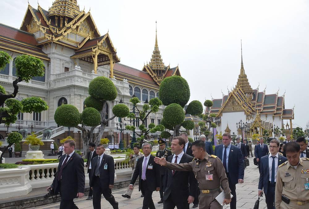 Премьер-министр РФ Дмитрий Медведев (в центре) во время посещения Большого Королевского дворца в Бангкоке, 8 апреля
