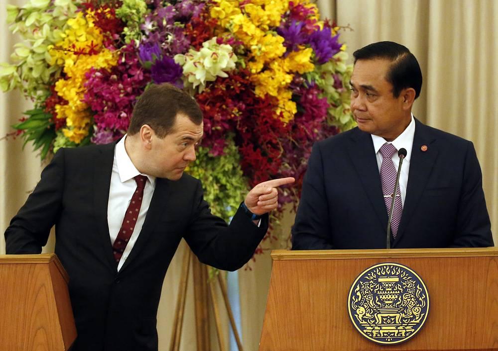 Премьер-министр РФ Дмитрий Медведев и премьер-министр Таиланда Прают Чан-Оча во время совместной пресс-конференции в Доме правительства в Бангкоке, 8 апреля