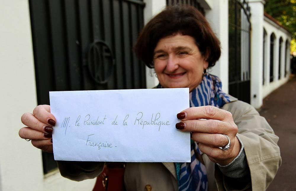 Олланд лично отвечает на 20 писем в месяц. Их выбирает глава его канцелярии. На фото: представительница Социалистической партии показывает журналистам письмо, которое она направила президенту Франции, 5 ноября 2012 года