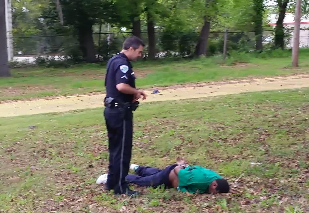 Уолтер Скотт (на земле) и полицейский Майкл Слэгер после преследования, в городе Норт-Чарлстон, скриншот с видеозаписи, 4 апреля
