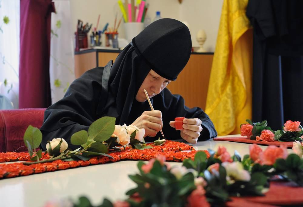 Изготовление пасхальных украшений в женском монастыре во имя Всех Святых в земле Русской просиявших в поселке Атамановка