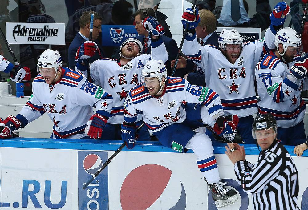 СКА вышел в финал Кубка Гагарина, выиграв серию у ЦСКА, уступая по ее ходу со счетом 0-3. Команда из Санкт-Петербурга стала первой в истории КХЛ, кому покорилось подобное достижение. На фото: игроки СКА радуются победе, 7 апреля