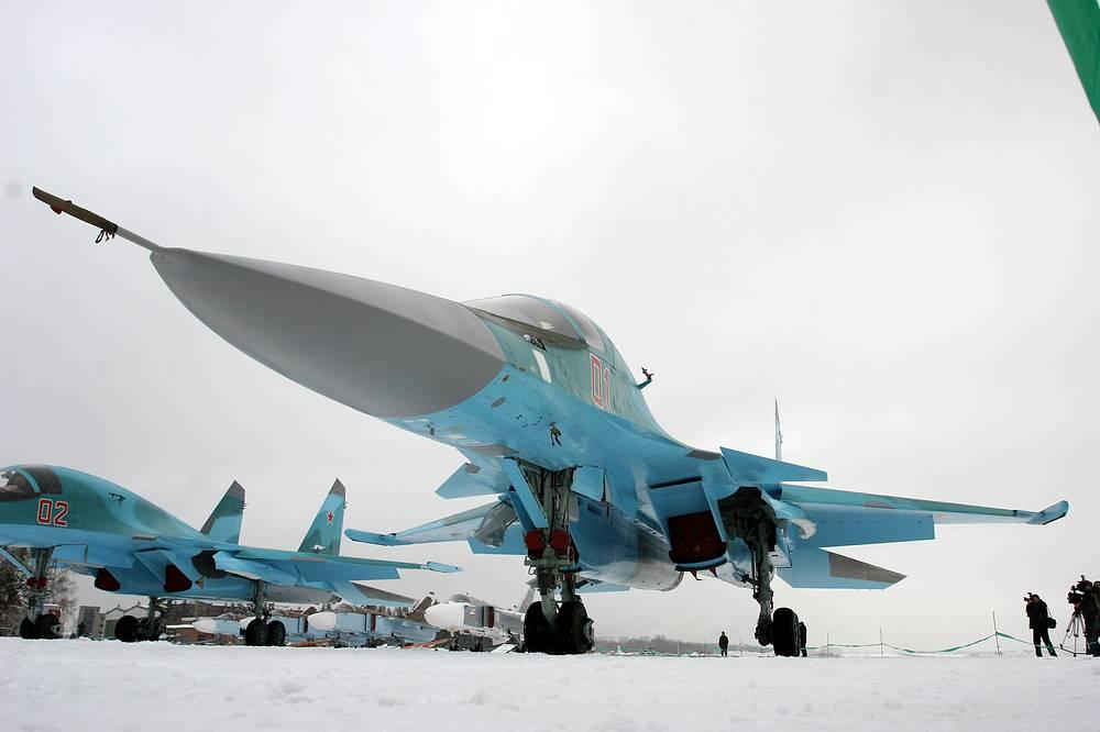 Ударный самолет Су-34 на летном поле в Новосибирске, 2006 год