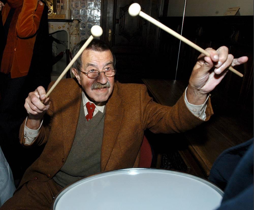 Гюнтер Грасс играет на барабане во время празднования своего 80-летия в Гданьске, Польша, 2007 год