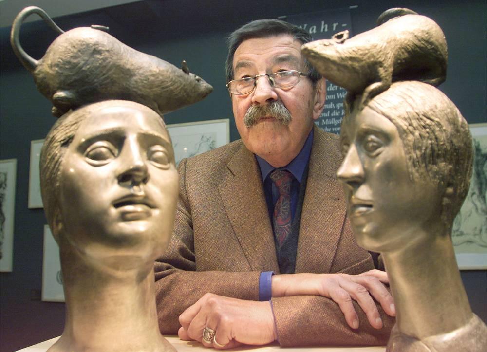 Гюнтер Грасс позирует со своими скульптурами, представленными на его персональной выставке в Любеке, 2002 год
