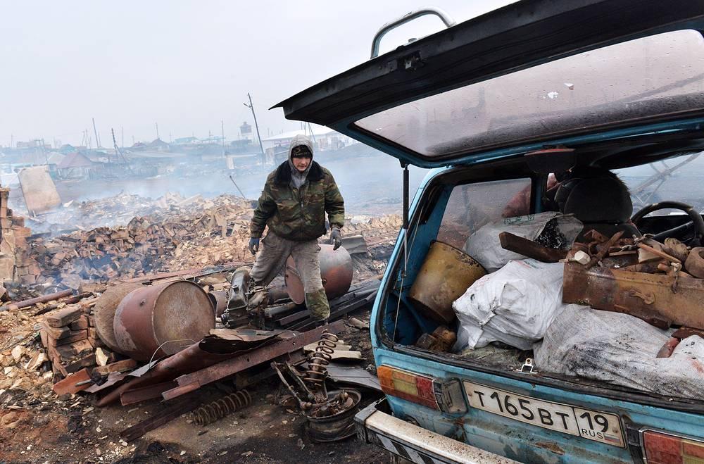 12 апреля в Хакасии в связи с массовыми поджогами сухой травы и шквалистым ветром огонь палов перекинулся на населенные пункты