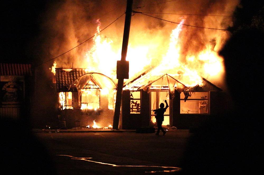 Пожар в придорожном кафе, возникший в результате столкновений украинских силовиков и ополченцев вблизи Славянска, Донецкая область, май 2014 года