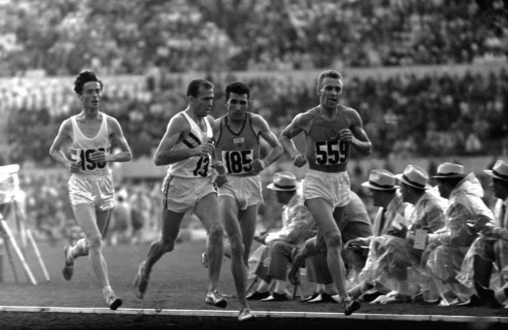 Советский бегун на длинные дистанции, олимпийский чемпион 1960 года, чемпион Европы-1962 Петр Болотников (справа)