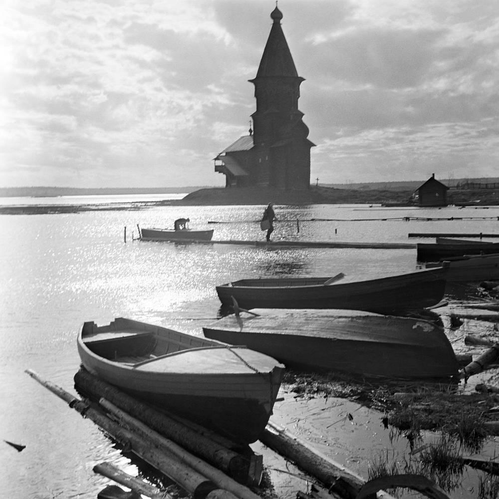 Церковь Успения (XVI век) на берегу Чупа-Губы в Кондопоге, 1968 год