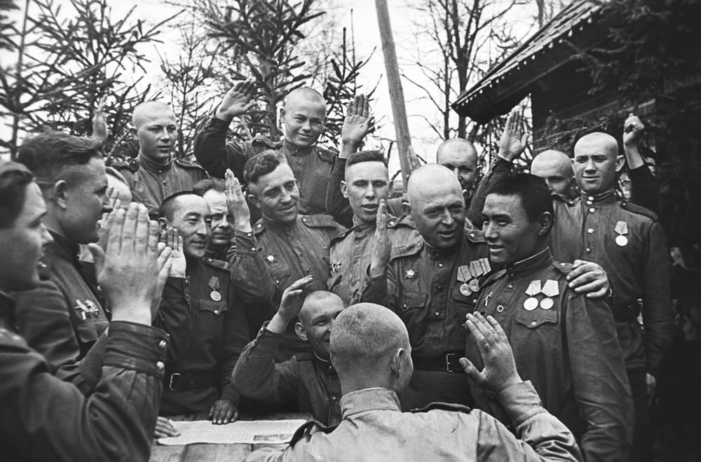 3-й Белорусский фронт. Прием младшего сержанта Ф. Арзымова в члены Всесоюзной Коммунистической партии большевиков, 1945 год