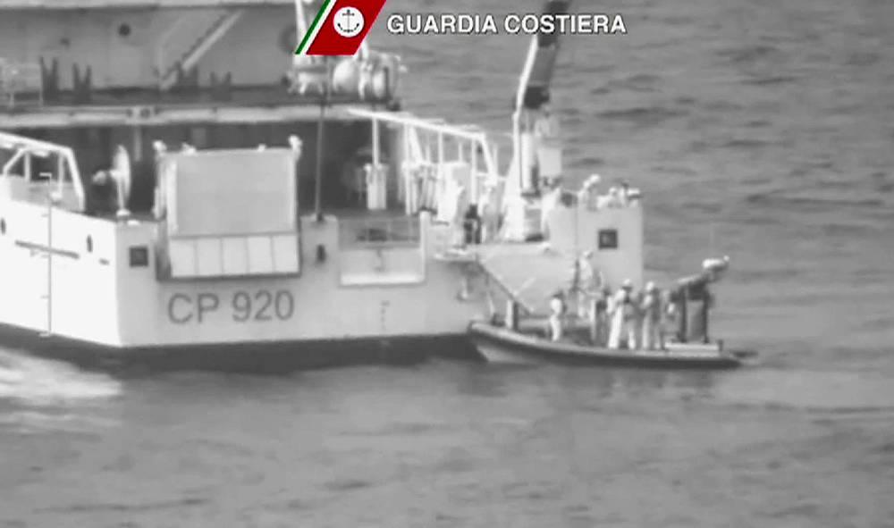 Участникам поисково-спасательной операции удалось обнаружить тела 24 погибших, еще 28 человек были найдены живыми. Остальные пассажиры судна числятся пропавшими без вести. На фото: спасательная операция у берегов Лампедузы, 19 апреля 2015 года