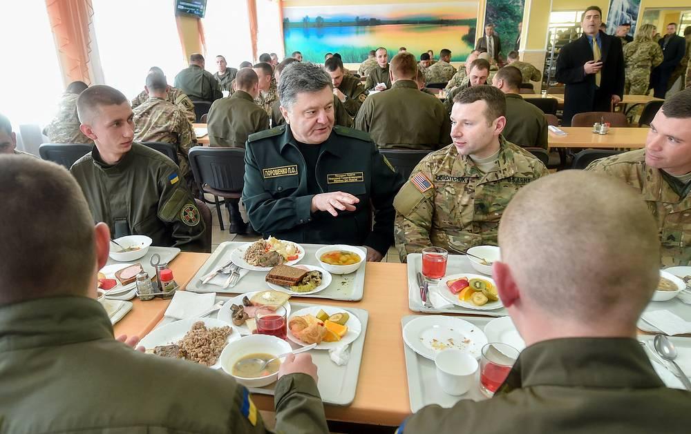 Президент Украины Петр Порошенко (в центре) во время открытия украинско-американских командно-штабных учений Fearless Guardian 2015 на Яворивском полигоне в Международном центре миротворчества и безопасности.