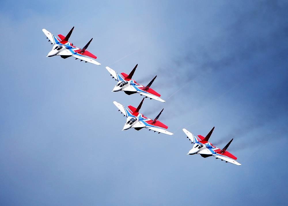"""Пилотажная группа """"Стрижи"""" продемонстрируют знаменитый """"Кубинский бриллиант"""" в составе девяти истребителей Су-27 и МиГ-29"""