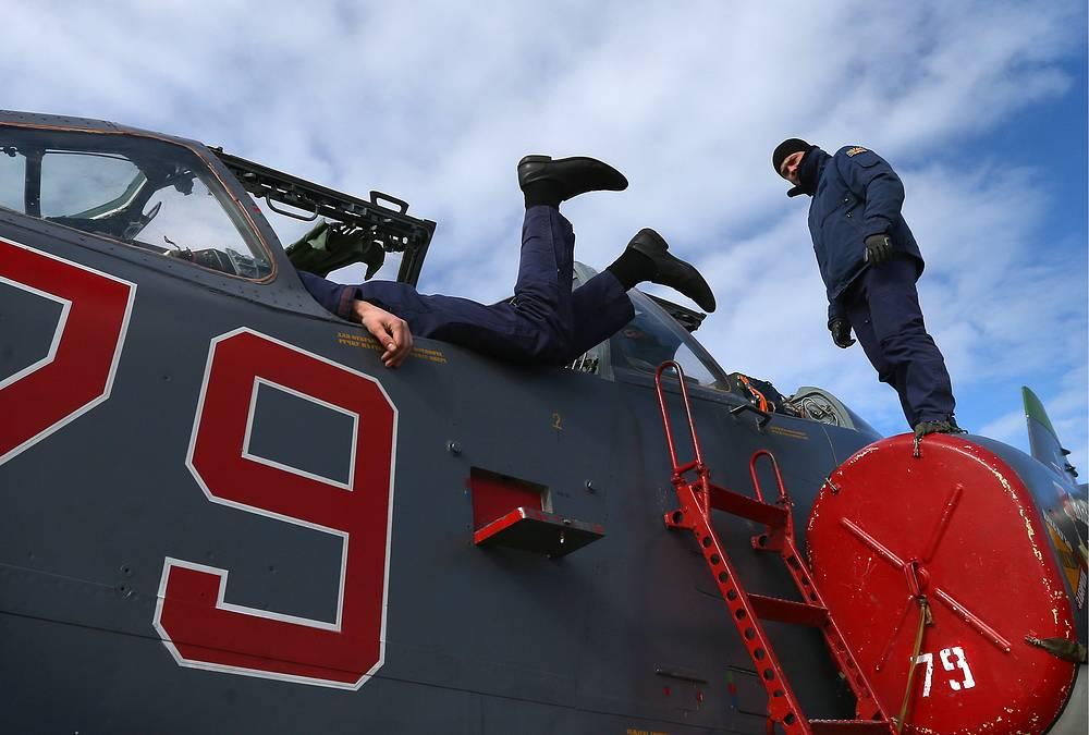 Авиационные техники готовят штурмовик Су-25 к полету