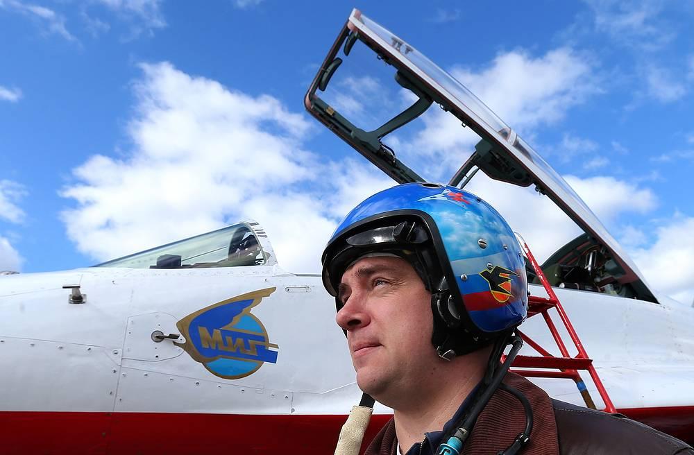 """Пилот группы """"Стрижи"""" у истребителя МиГ-29УБ"""