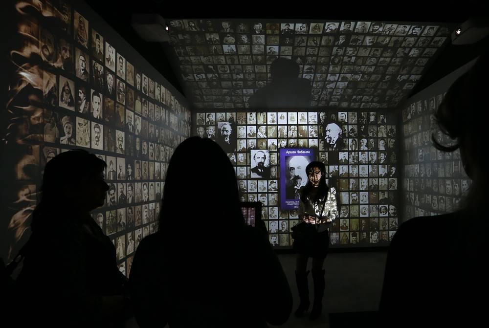 Музей рассказывает об истории армянского народа. В одном из залов представлены фотографии армян, как жертв геноцида, так и тех, кто смог спастись и сохранить память о погибших. На фото: церемония открытия музея