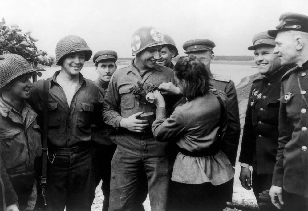 Старший сержант Любовь Казниченко (медсестра) преподносит цветы американскому солдату Карлу Робинсону