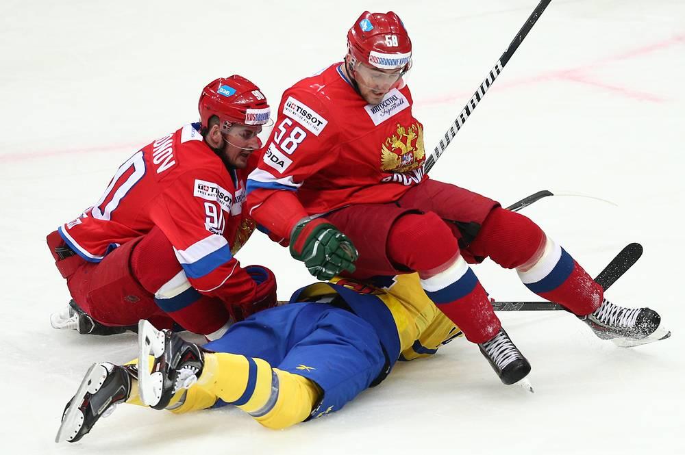 Игроки сборной России Андрей Локтионов и Антон Слепышев