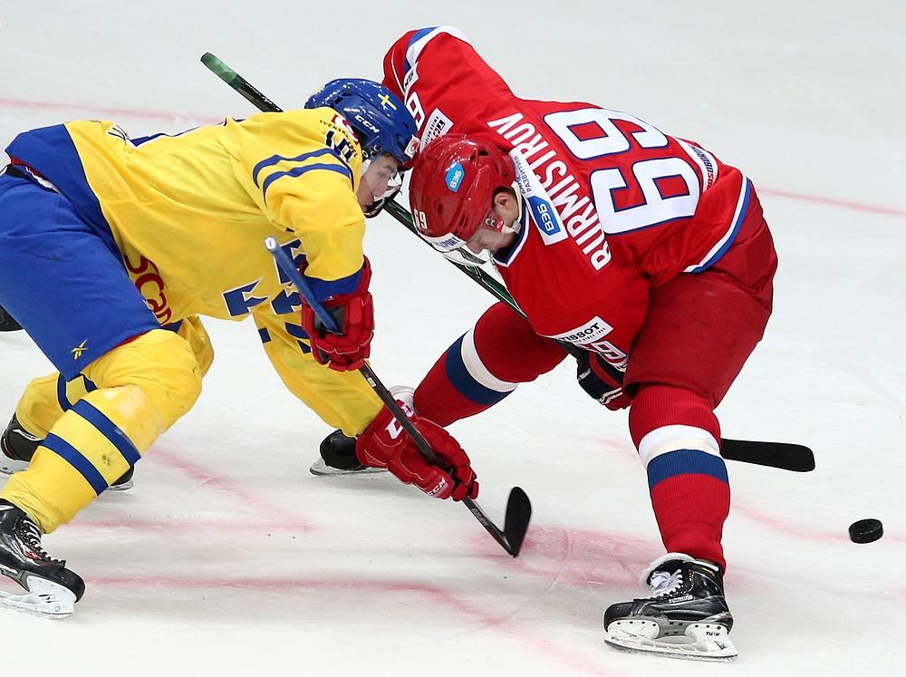 Игроки сборной Швеции Виктор Раск и России Александр Бурмистров