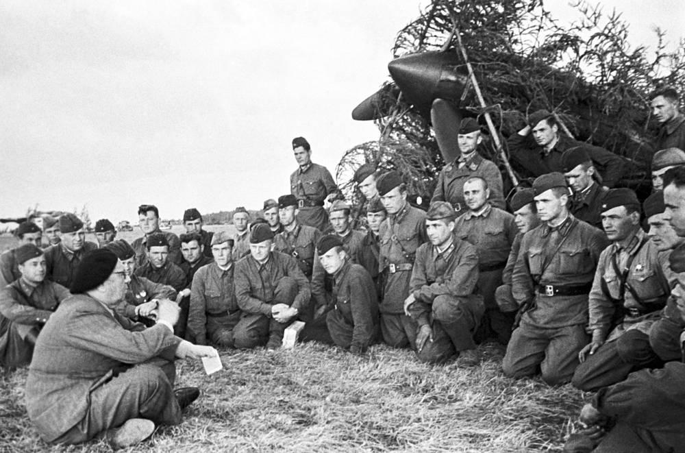 Писатель Алексей Толстой во время встречи с летчиками одного из полков авиации, 1941 год