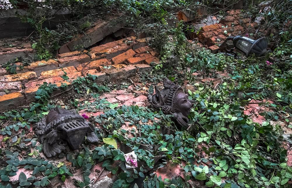Упавшая стенка во дворике отеля в туристическом районе Катманду - Тамеле
