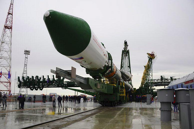 """Грузовой корабль """"Прогресс М-27М"""" был запущен во вторник, 28 апреля, с космодрома Байконур на ракете-носителе """"Союз-2.1а"""". Позднее выяснилось, что грузовик оказался на нерасчетной орбите, а связь с ним была потеряна. После нескольких неудачных попыток наладить управление кораблем специалисты признали невозможной его стыковку с МКС, и теперь рассматриваются варианты его затопления"""