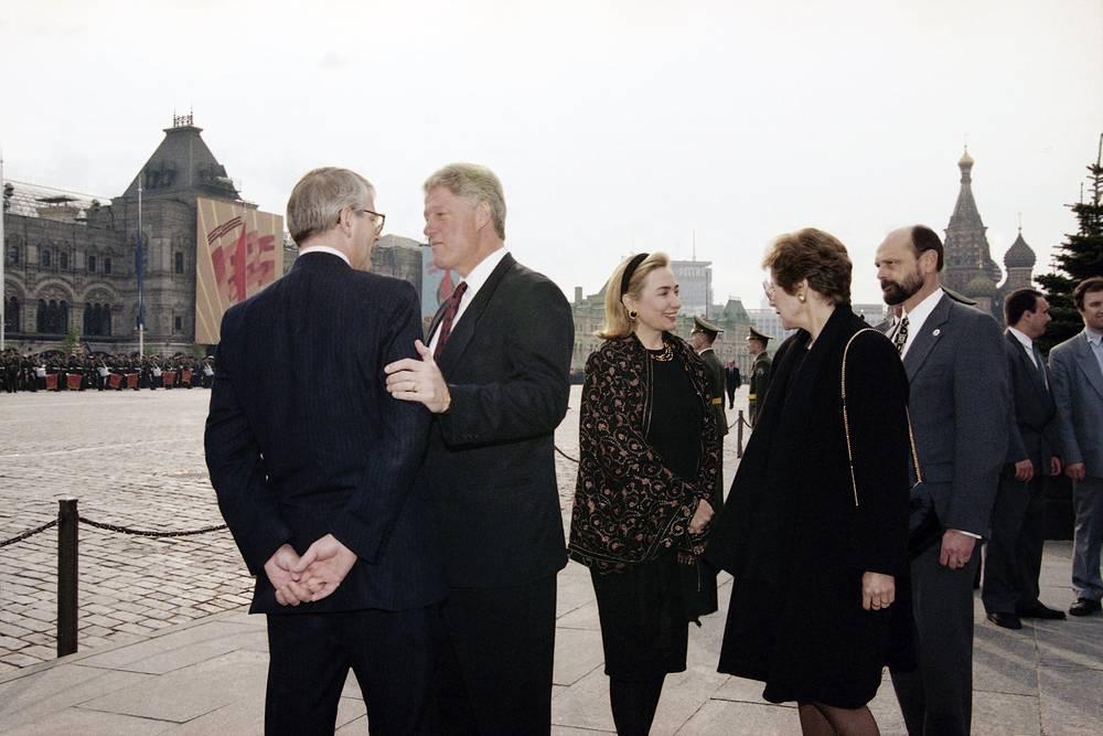 Премьер-министр Великобритании Джон Мейджор разговаривает с президентом США Биллом Клинтоном, справа их жены Хиллари Клинтон и Норма Мейджор, 1995 год
