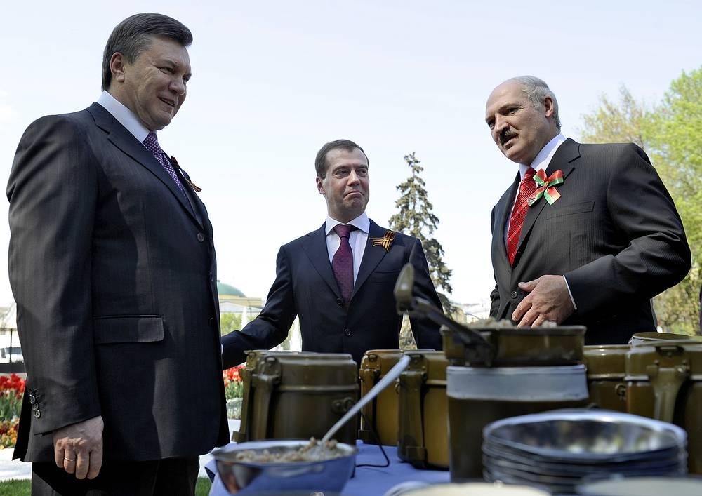 Президенты Украины Виктор Янукович, России Дмитрий Медведев и Белоруссии Александр Лукашенко на мероприятиях по случаю 65-й годовщины Победы в Александровском саду, 2010 год