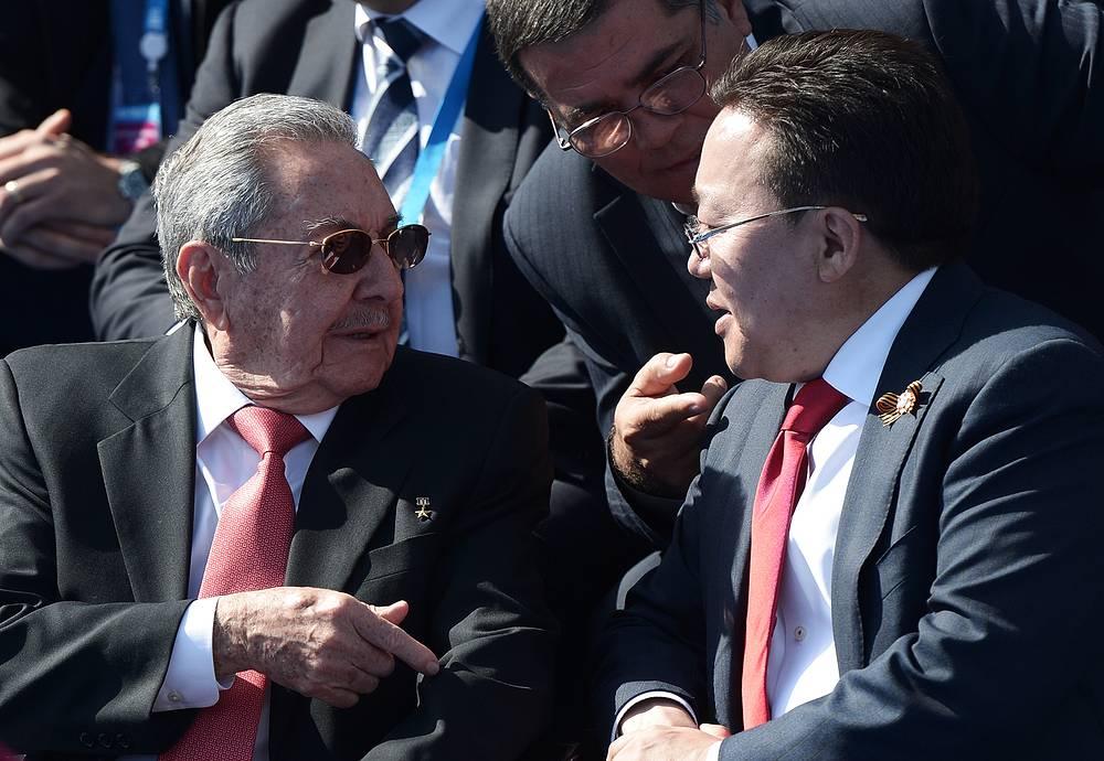 Председатель Государственного совета и Совета министров Кубы Рауль Кастро и президент Монголии Цахиагийн Элбэгдорж