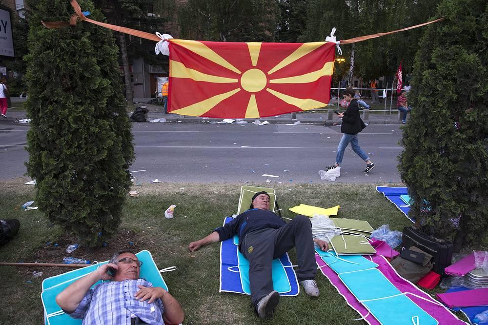 Тогда, не согласившись с их результатами, оппозиция во главе с Заевым приняла решение бойкотировать работу в рамках парламента. На фото: протестующие около здания правительства в Скопье