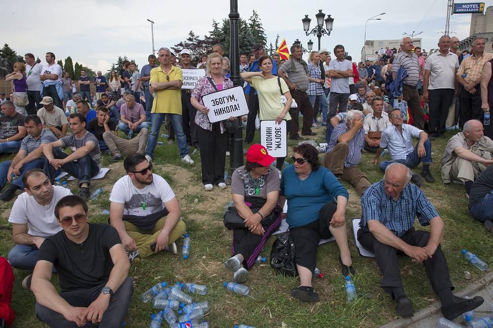 Внутриполитический кризис в Македонии развивается с апреля 2014 года, когда были объявлены итоги досрочных парламентских выборов. На фото: протестующие около здания правительства в Скопье