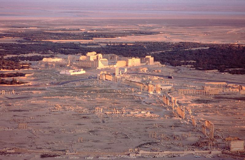 Город Пальмира (арабское название - Тадмор) расположен на территории Сирии в 240 км к северо-востоку от Дамаска. Это был один из богатейших городов эпохи поздней Античности (III-VI вв. н.э.)