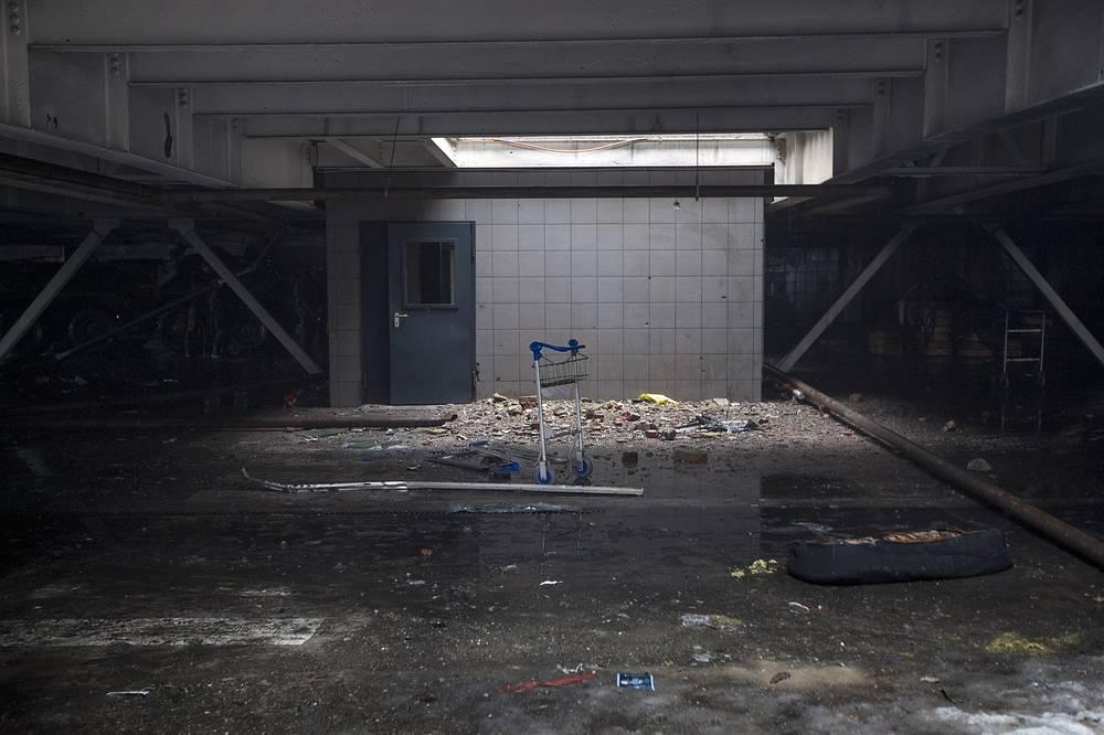 11 мая 2015 года президент Украины Петр Порошенко заявил, что намерен вернуть контроль над территорией авиаузла. На фото: последствия боевых действий в терминале аэропорта Донецка