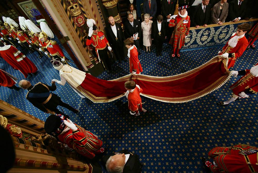 Платье было создано для Елизаветы II в 1953 году для коронации, с тех пор его несколько раз перешивали. На фото: Елизавета II с супругом принцем Филипом направляются в зал заседаний палаты лордов, 2014 год