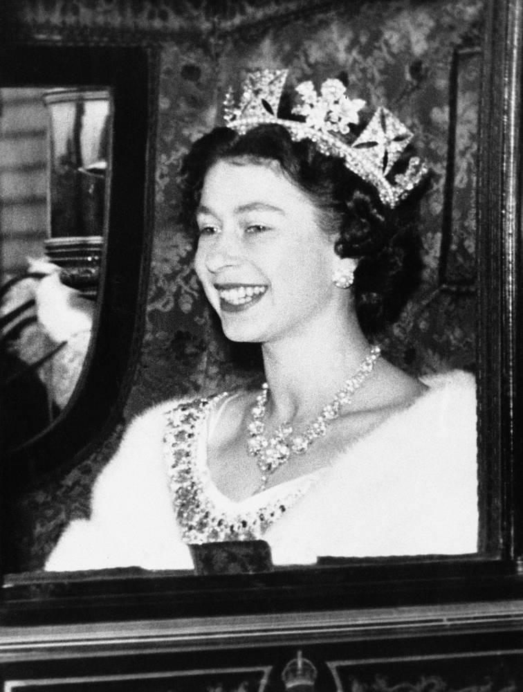С тех пор она пропустила всего две церемонии - в 1959 и 1963 годах - в связи с ожиданием рождения ребенка. Согласно протоколу, от ее имени сессии открывал лорд-канцлер. На фото: Елизавета II перед открытием сессии парламента в Вестминстерском дворце, 1956 год